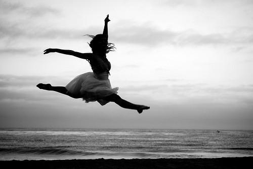 ballet-beach-black-and-white-dance-Favim.com-517990